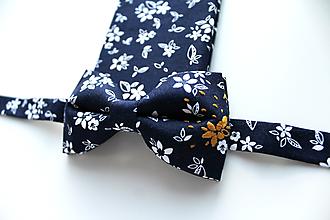 Doplnky - Pánsky set motýlik a vreckovka- Tmavomodré kvetiny - 11344120_