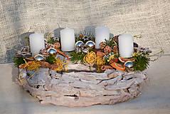 Dekorácie - Adventný veniec na drevenom podklade - 11342903_
