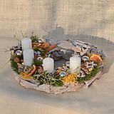 Dekorácie - Adventný veniec na drevenom podklade - 11342913_