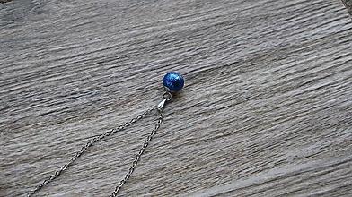 Náhrdelníky - Trblietavá gulička strieborná - náhrdelník (kráľovsky modrá, č. 3035) - 11345417_