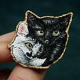 Odznaky/Brošne - Brošňa ručne vyšívaná Mačka Inka a Milka - 11345337_