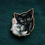Odznaky/Brošne - Brošňa ručne vyšívaná Mačka Inka a Milka - 11345341_