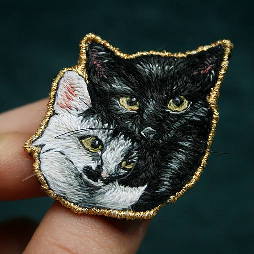 Brošňa ručne vyšívaná Mačka Inka a Milka