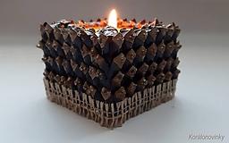 Svietidlá a sviečky - Drevený svietnik oblepený šiškovými lupeňmi - 11344283_