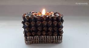 Svietidlá a sviečky - Drevený svietnik oblepený šiškovými lupeňmi - 11344284_