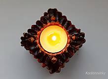 Svietidlá a sviečky - Drevený svietnik oblepený šiškovými lupeňmi - 11344285_
