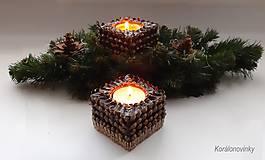Svietidlá a sviečky - Drevený svietnik oblepený šiškovými lupeňmi - 11344345_