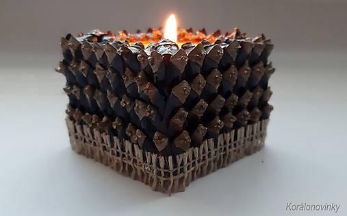 Drevený svietnik oblepený šiškovými lupeňmi