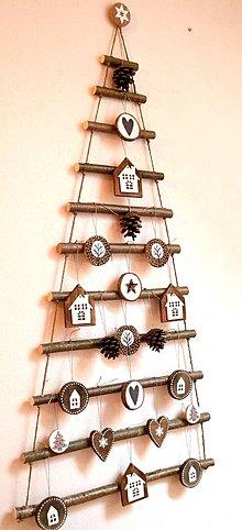 Dekorácie - Vianočný stromček závesný s ozdobami - 11349851_
