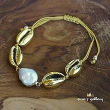 Náramky - Náramok z mušlí cauri a perlou - 11348660_