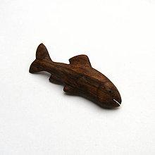Odznaky/Brošne - Drevená brošňa - orechová rybka - 11349400_