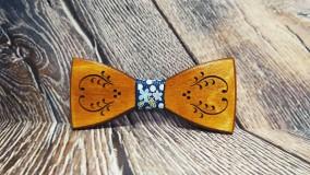 Doplnky - Pánsky drevený motýlik FOLK s krabičkou - 11348198_