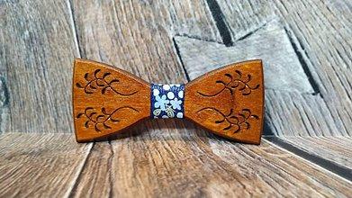 Doplnky - Pánsky drevený motýlik FOLK MELODY DARK s krabičkou - 11348400_
