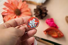Odznaky/Brošne - Ručně malovaná brož se slonem - 11352990_