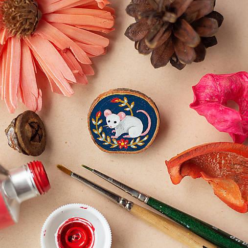 Ručně malovaná brož s myškou