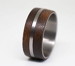 Prstene - Titanový prsteň s orechovým drevom - 11352311_