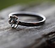 Prstene - Kvetinkový strieborný pre radosť s patinou alebo bez - 11354028_
