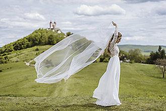 Šaty - Svadobné šaty z hrubej krajky s rázporkom - 11353098_