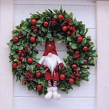 Dekorácie - Vianočný veniec so škriatkom - 11357564_