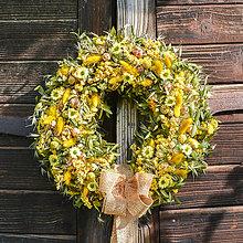 Dekorácie - Žltý veniec s margarétkami - 11357679_
