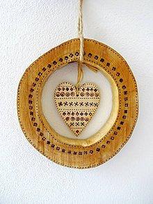 Dekorácie - Drevený veniec o srdiečkom - 11356271_