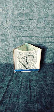 Dekorácie - Nožičky v srdci - vyskladané z knihy - 11355814_