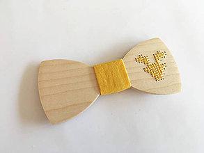 Doplnky - .vyšívaný motýlik jeleň v žltej - 11360242_