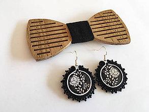 Doplnky - .drevený motýlik čierny +  náušnice folk - 11361341_