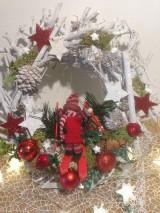 Dekorácie - Vianočny veniec lyziar-30cm - 11360713_