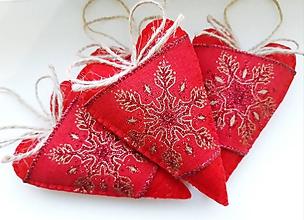 Dekorácie - Červené vianočné srdiečka so snehovou vločkou - 11364596_