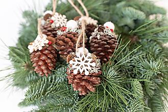 Dekorácie - Vianočné ozdoby zo šišiek - 11365739_