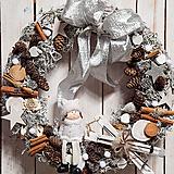Dekorácie - Vianočný prírodný veniec ...dievčatko a biele vianoce... - 11367314_