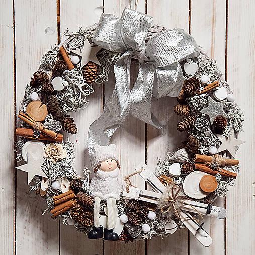Vianočný prírodný veniec ...dievčatko a biele vianoce...