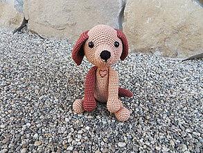Hračky - Milý háčkovaný psík so srdiečkom :-) - 11366330_