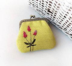 Peňaženky - Peňaženka mini Cyklámenové kvietky na žltej - 11366318_