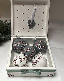 Dekorácie - Vianočné gule v drevenej krabičke - 11366068_