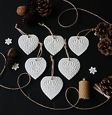 Dekorácie - Vianočné biele srdiečka - 11372764_