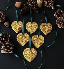 Dekorácie - Vianočné zlaté srdiečka - 11372807_