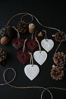 Dekorácie - Vianočné biele a červené srdiečka - 11372931_