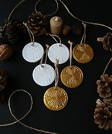 Dekorácie - Vianočné biele a zlaté zimné kvety - 11372958_