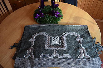 Úžitkový textil - Vyšívaná ručne tkaná deka zošitá z dvoch pásov - 11372086_