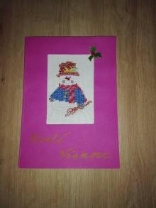 Drobnosti - Vianočná pohľadnica vyšívaný snehuliačik - 11374026_
