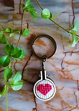 """Kľúčenky - Vyšívaná kľúcenka """"Ružové srdiečko"""" - 11373921_"""