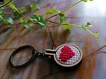 """Kľúčenky - Vyšívaná kľúcenka """"Ružové srdiečko"""" - 11373922_"""