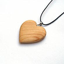 Náhrdelníky - Drevený prívesok - smrekové srdce - 11372700_