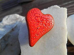 Odznaky/Brošne - love hearts (červené srdiečko) - 11377125_