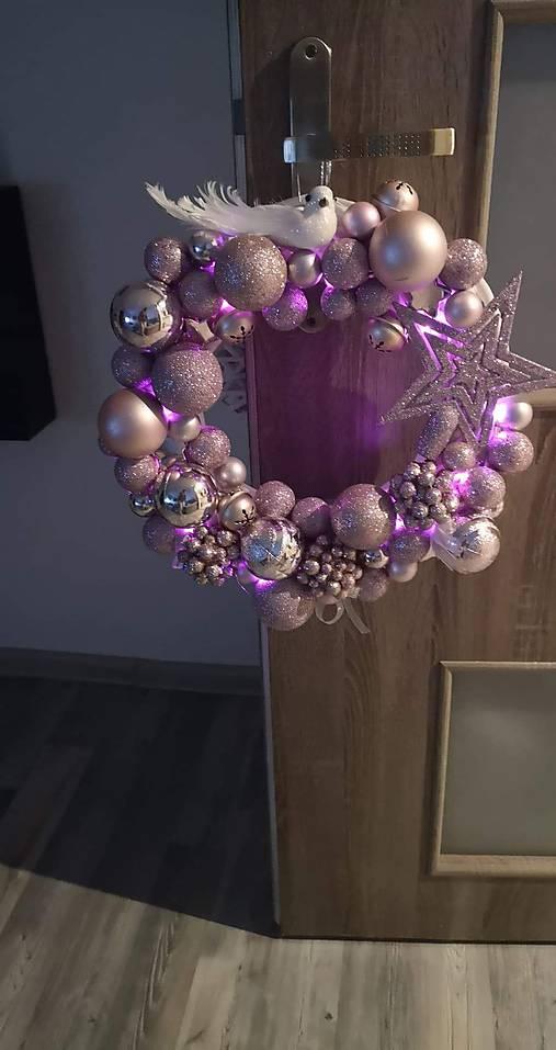 Svietiaci cukríkový vianočný veniec