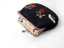 Peňaženky - Vyšívaná peňaženka M Zelenina na čiernej - 11374404_