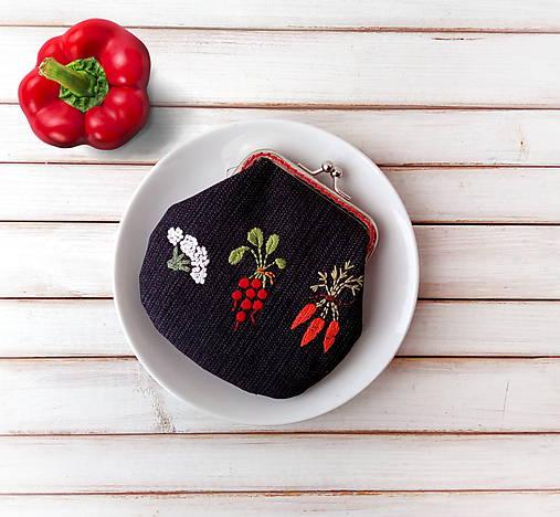Vyšívaná peňaženka M Zelenina na čiernej