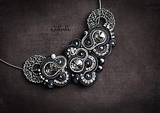 Náhrdelníky - Soutache náhrdelník so swarovski kryštálmi - 11376222_